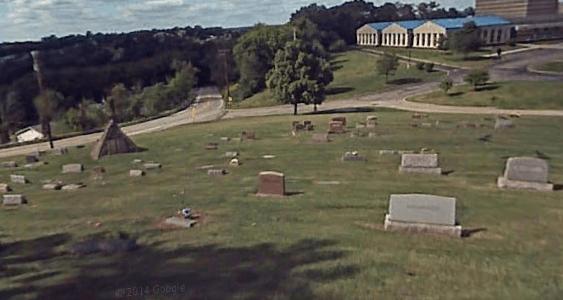 Friedhof2 Russell Wahrheiten jetzt! Charles Taze Russells Grabstätte — Horus-Pyramide und freimaurerisches Kreuz und Kronen Emblem