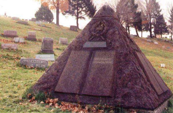 Grab1 Russell Wahrheiten jetzt! Charles Taze Russells Grabstätte — Horus-Pyramide und freimaurerisches Kreuz und Kronen Emblem