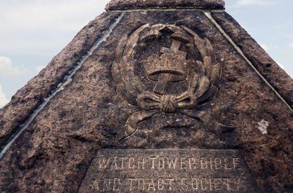 Grab2 Russell Wahrheiten jetzt! Charles Taze Russells Grabstätte — Horus-Pyramide und freimaurerisches Kreuz und Kronen Emblem