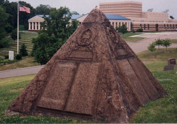 Grab4 Russell Wahrheiten jetzt! Charles Taze Russells Grabstätte — Horus-Pyramide und freimaurerisches Kreuz und Kronen Emblem