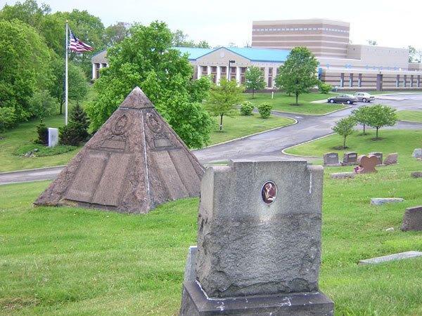 Grab5 Russell Wahrheiten jetzt! Charles Taze Russells Grabstätte — Horus-Pyramide und freimaurerisches Kreuz und Kronen Emblem