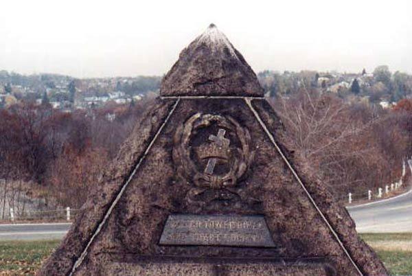 Grab6 Russell Wahrheiten jetzt! Charles Taze Russells Grabstätte — Horus-Pyramide und freimaurerisches Kreuz und Kronen Emblem