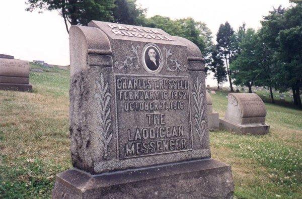 Grab8 Russell Wahrheiten jetzt! Charles Taze Russells Grabstätte — Horus-Pyramide und freimaurerisches Kreuz und Kronen Emblem